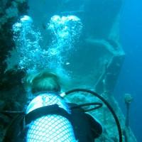 Zurück zum Bug, die Leine zum Tauchboot hängt an der Ankerwinde, September 2002