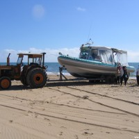 Der Traktor bringt das Tauchboot schon vor den Tauchern zum Strand, September 2006