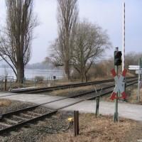 Diese Eisenbahnschranke muss auf dem Weg zum Tauchplatz überwunden werden, März 2006