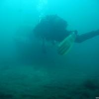 Das Bootswrack auf 16 Meter taucht so langsam im Blickfeld auf, Mai 2005