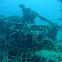 Auch an der Kanone hängen die Reste eines Fischernetzes, September 2005